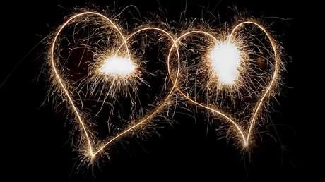 Zweisamkeit mit Liebe und Feuer