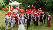 Herzluftballons im romantischen Garten
